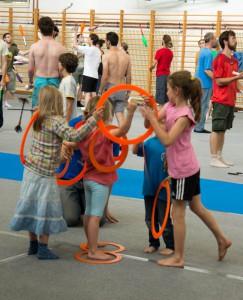 barn leker med ringar